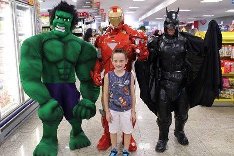 Hulk, Homem de Ferro e Batman fizeram a festa com os clientes do Passarela Supermercados